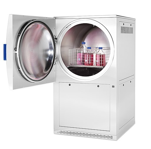 Horizontal high capacity autoclave for the laboratory. Sterilization of liquids, solids and waste by Foto Studio Wiegand / CC BY-SA (https://creativecommons.org/licenses/by-sa/4.0)