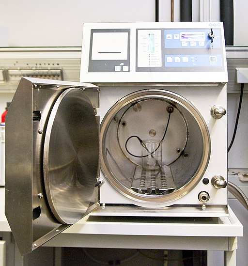 Small benchtop laboratory autoclave by Nadina Wiórkiewiczpl.wiki: Nadine90commons: Nadine90 / CC BY-SA (https://creativecommons.org/licenses/by-sa/3.0)